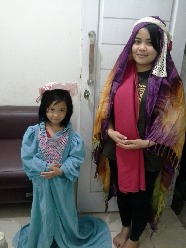 Melody di sebelah kiri, putri saya, menjadi pemilik penginapan. Sdri Chesa, di sebelah kanan menjadi Orang majus
