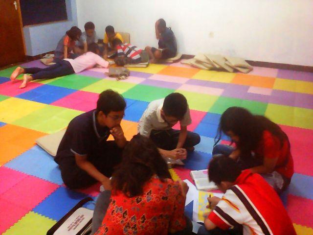Adik-adik dari PELNAP GPdI Shiloh Parakan sedang mengerjakan teka teki silang